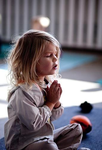 молится